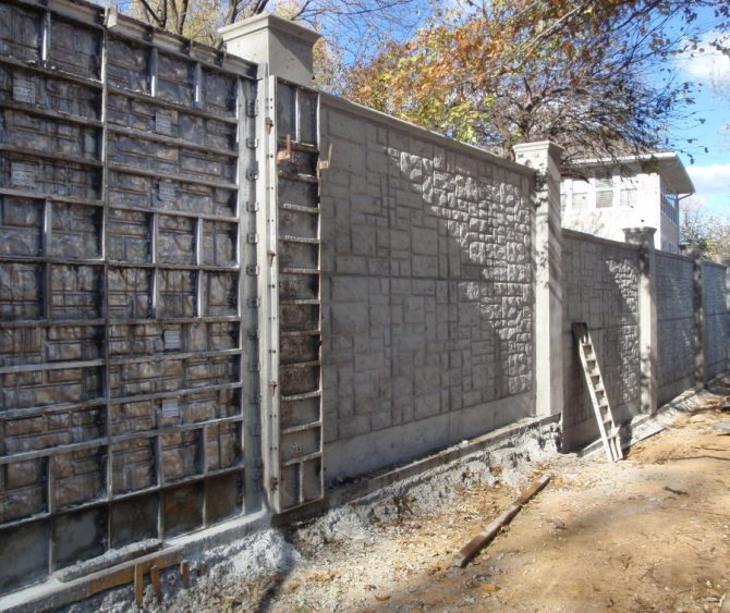 Отливка бетонного забора на периметре садового участка