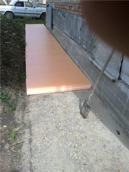 Пеноплекс укладывается на подготовленную поверхность.