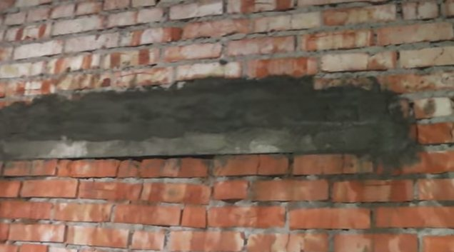 Перемычка вмурованная в стену