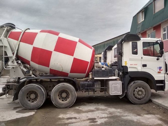 Перевозка бетона миксером