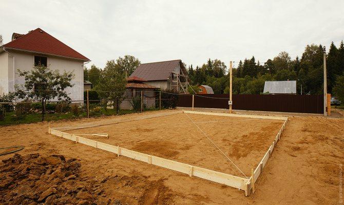 Песок следует тщательно утрамбовать перед заливкой фундамента