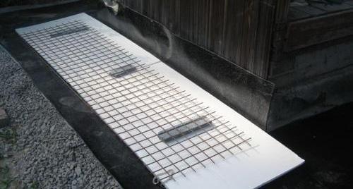 Под сетку необходимо положить подкладки для создания защитного слоя арматуры