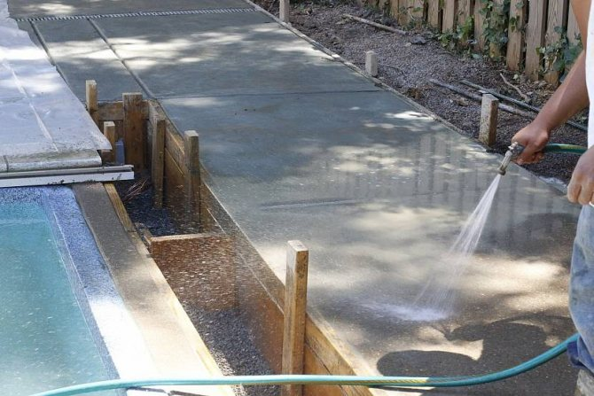 Поливка фундаментной ленты водой