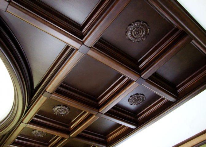 Потолок из деревянного массива в виде кессонов