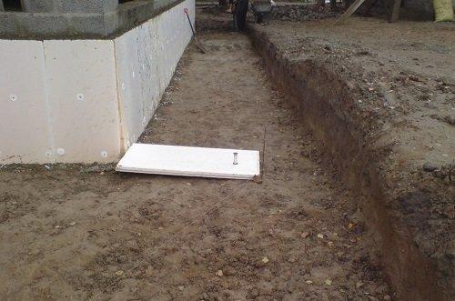 Прежде всего, необходимо вырыть канаву подходящей толщины.