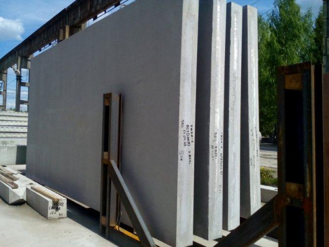При строительстве домов и промышленных объектов применяются плиты: перекрытия, фундаментальные, стеновые