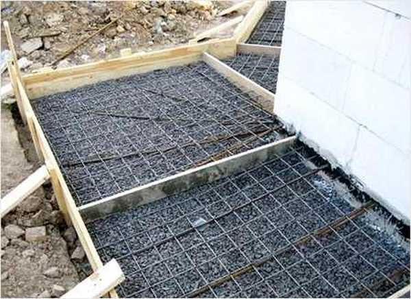 При устройстве бетонной отмостки необходимо делать компенсационные швы