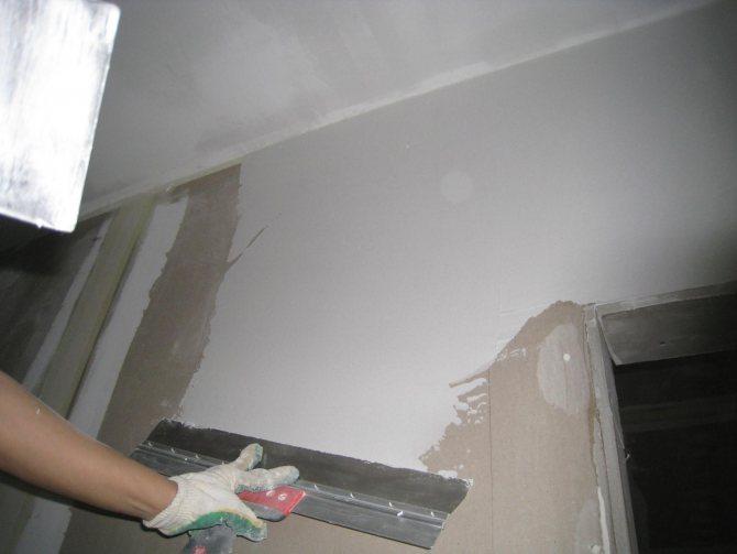 пример использования шпаклевки стен под обои в отделке дома