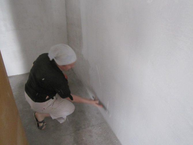 пример применения шпаклевки стен под обои в ремонте дома