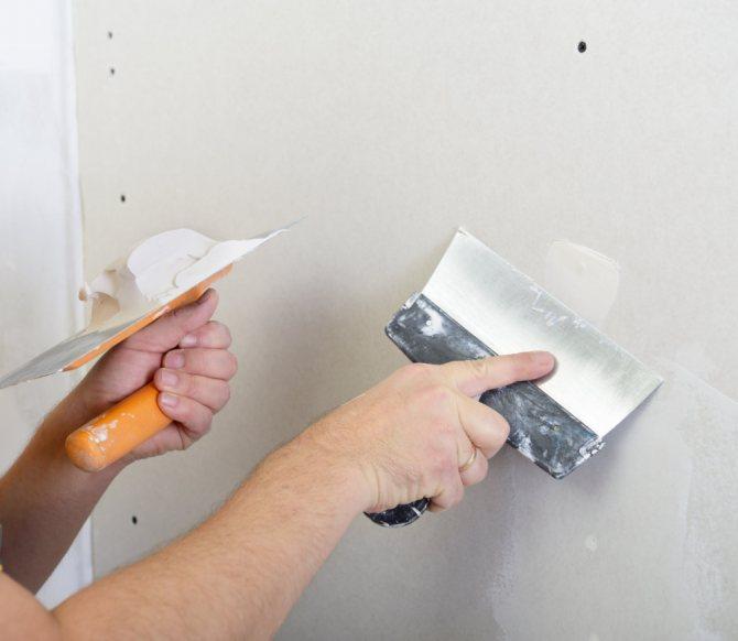пример применения шпаклевки стен под обои в ремонте комнаты
