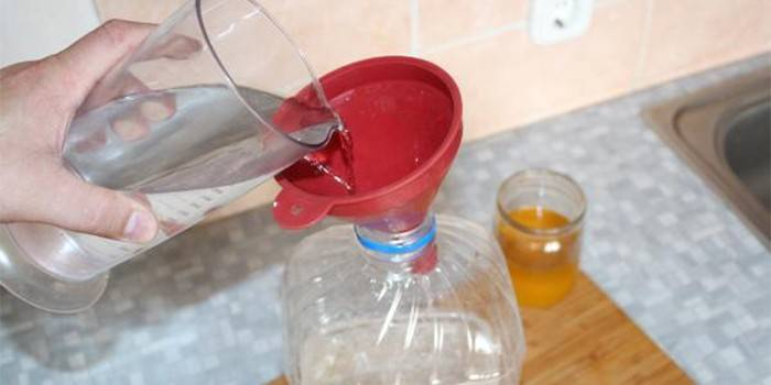 Процесс смешивания спирта с водой