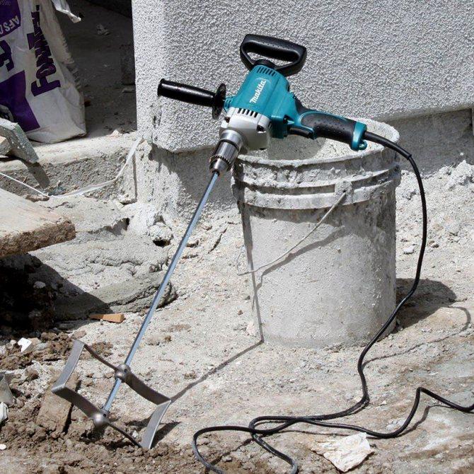 Раствор необходимо тщательно перемешать, для этого лучше воспользоваться строительным миксером