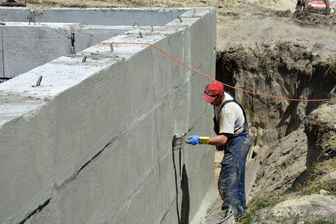 Растворимое стекло с бетоном отлично подходит для гидроизоляции стыков и швов