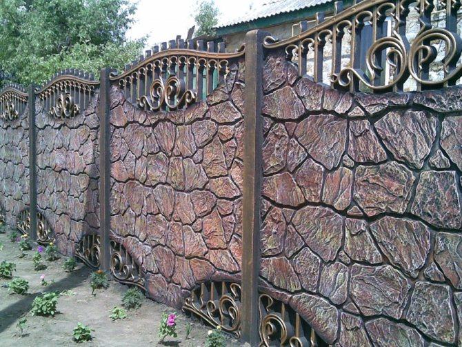 Роскошный бетонный забор на загородном участке