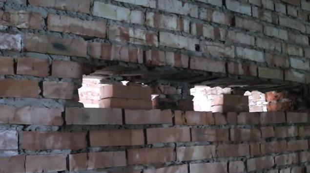 С одной из сторон стены удаляется часть подпорок