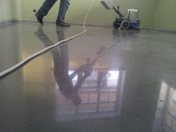 Сделать шлифовку бетонного пола вполне можно самостоятельно, главное — тщательно ознакомиться со всеми нюансами этого процесса