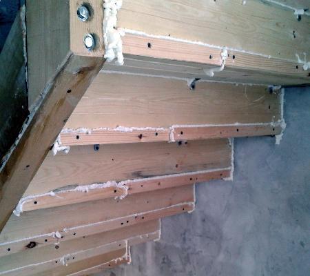 Щели лестницы запенены с тыльной стороны