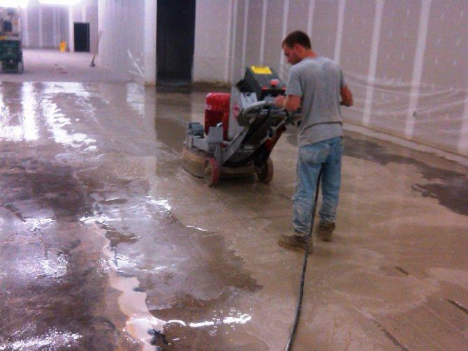 Шлифовка бетона помогает устранить незначительные дефекты и эффективно очистить покрытие