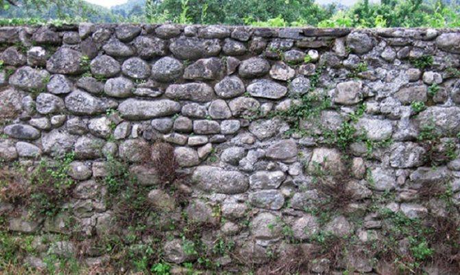 Средневековый забор из булыжника