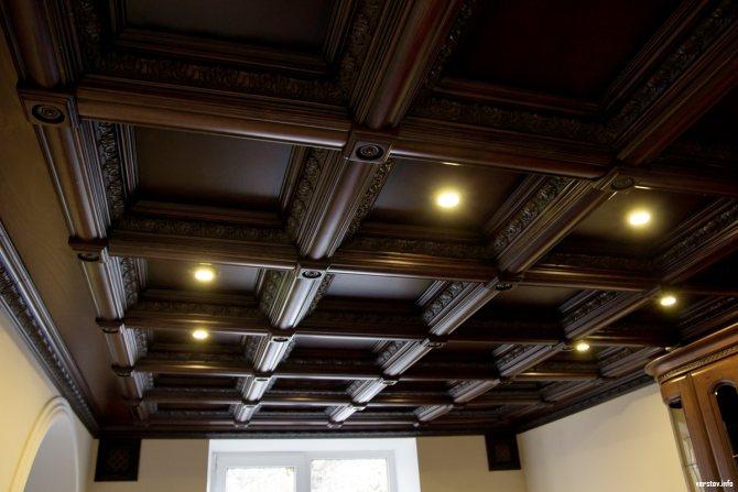 Темнокоричневый кессонный потолок