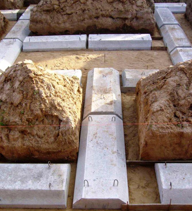 Трапециевидные блоки используют для столбчатого или ленточного фундамента