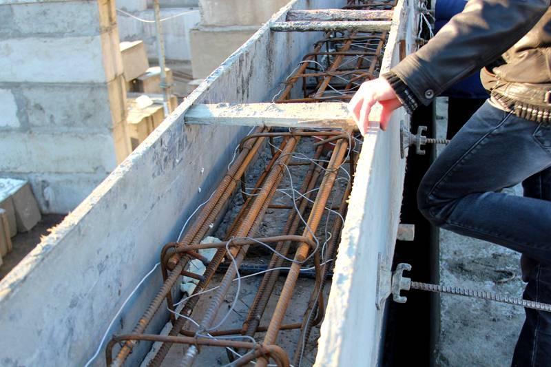Триста восемьдесят вольт, подключённые к сетке арматуры, создадут температуру, необходимую для нормального становления бетонной смеси