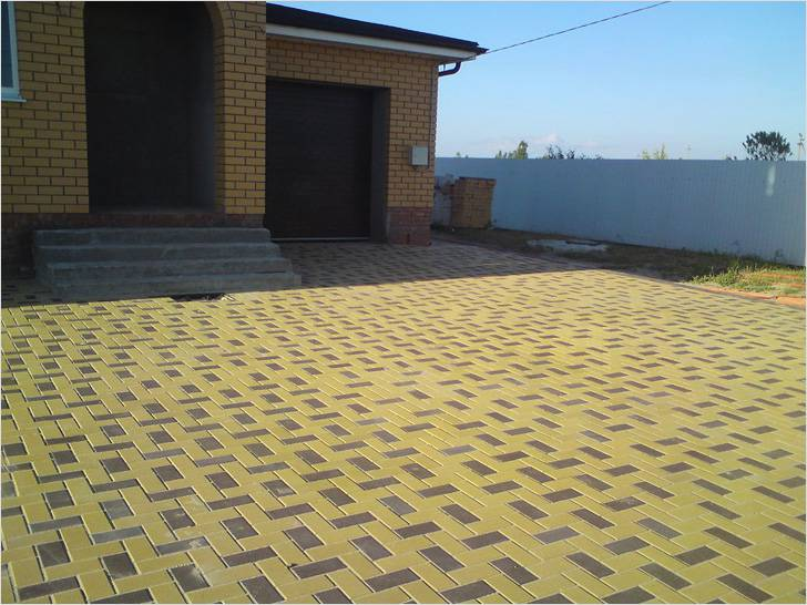 Тротуарной плиткой можно отделать площадку не только перед гаражом, но и перед домом