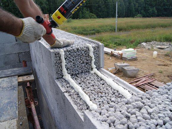 Укладка блоков на монтажную пену