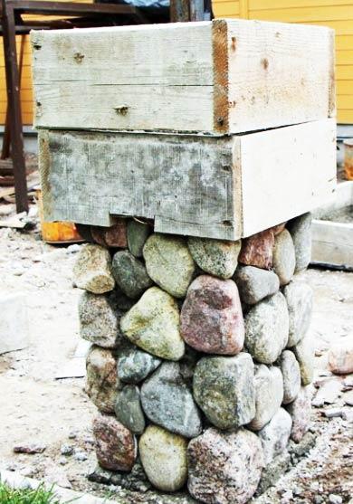 Укладка столбов из булыжника
