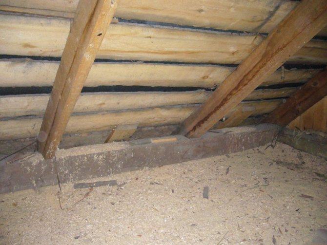 Утепление потолка дома глиной с опилками