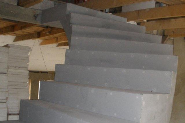 Уже сам вид готовой бетонной лестницы внушает уверенность в ее надежности. Но вряд ли кому захочется оставить ее вот в таком сером «скучном» виде, без отделки