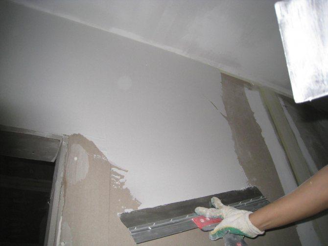 вариант использования шпаклевки стен под обои в отделке комнаты