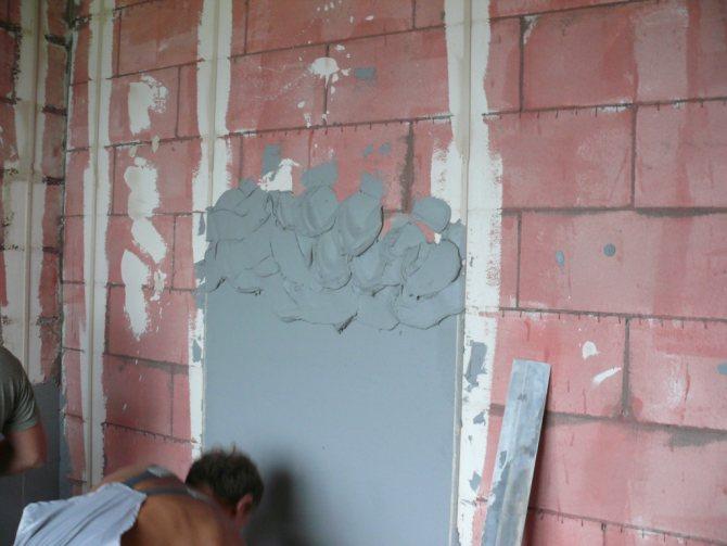 вариант применения шпаклевки стен под обои в ремонте квартиры