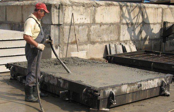 Вибрирование бетона – как и для чего?