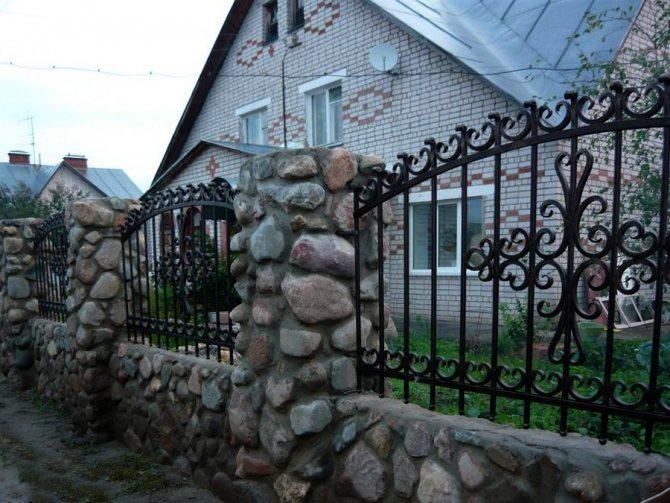 Забор из булыжника c ажурными секциями