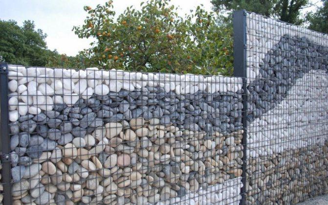 Забор из гальки