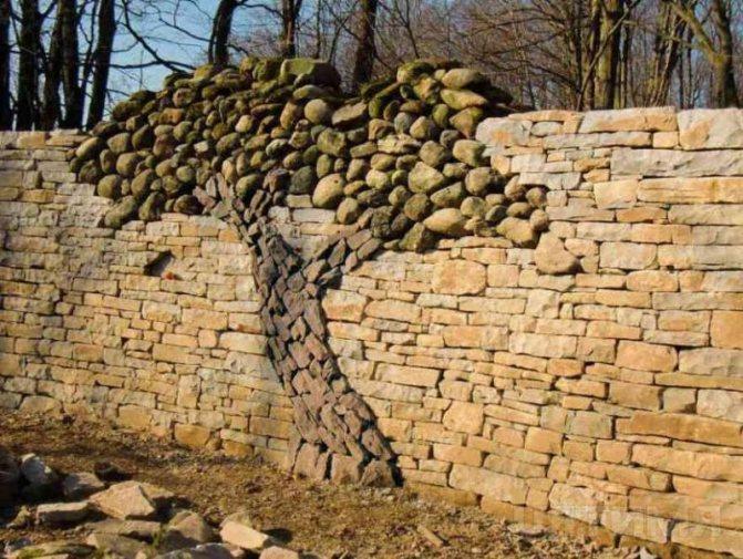 Забор из натурального камня с декоративными элементами
