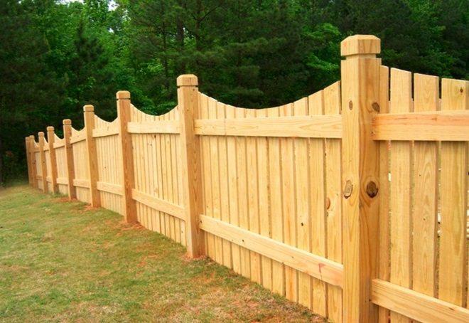 забор на деревянных столбах