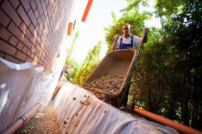 Закрытый дренаж при соблюдении технологии устройства и правильной эксплуатации эффективно осуществляет сбор воды в течение многих лет