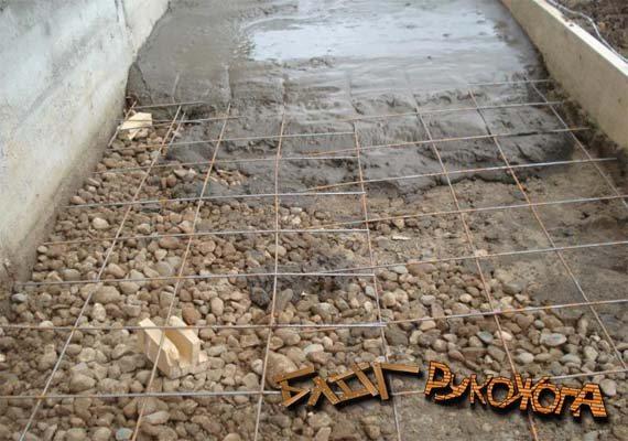 заливаем бетонное снование под укладку тротуарной плитки