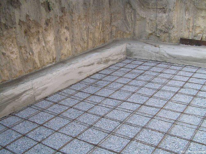 заливка цементного пола с упрочненным верхним слоем в квартире