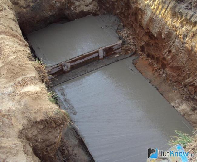 Заливка дна монолитного бетонного септика