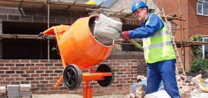 замешиваем бетон в бетономешалке